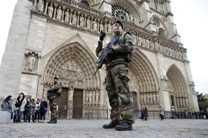 Police Hold Suspected Terrorists After Car Packed With Gas Cylinders Found Near Notre-Dame Cathedral In Paris